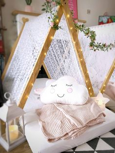 Looking for a kids party with a difference? Find out how to create a magical sleepover teepee party with wooden play tents, fairy lights and cushions. Slumber Party Favors, Sleepover Room, Slumber Party Birthday, Fun Sleepover Ideas, Girl Spa Party, Sleepover Birthday Parties, Pajama Party, Sleepover Activities, 7th Birthday