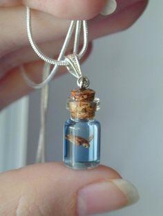 Estas hermosas piezas de joyería son la cosa más tierna que he visto en mi vida, parecen sueños capturados en una pequeña botella.