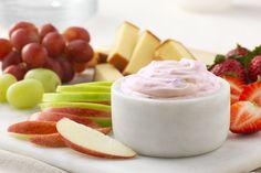 Vous avez cinq minutes? Alors vous avez le temps de préparer cette délicieuse trempette-dessert faite de deux ingrédients seulement: du fromage à la crème et du yogourt aux fraises.
