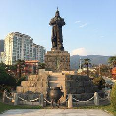 진해 해군 통제부 김성삼 장군의 제안에 의해 6.25전쟁 기간중인 1952년에 북원로타리에 세운 충무공 동상. 그런데 4.19이후  李承晩 謹書라는 글씨가 지워졌다. 누가 지웠는지를 아시는 분은 댓글을 올려주세요. 만나보고 싶어요.