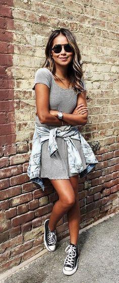露出高めのミニワンピは、スニーカーでまとめればヘルシーな印象に。デニムジャケットを腰巻にすれば秋もバッチリ。... - Street Fashion
