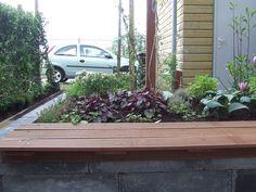 tuinbank op verhoogde border van patioblok ideaal in kleine tuinen, om extra zitjes te maken.