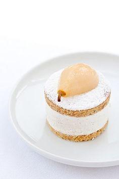 Ricotta and Pears: a circle closes (recipe) presentation dessert Pear Dessert, Bon Dessert, Sweet Recipes, Cake Recipes, Dessert Recipes, Mini Cakes, Cupcake Cakes, Just Desserts, Delicious Desserts