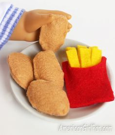 How To Make Chicken Nuggets & French Fries For American Girl Dolls! (Click through for tutorial) How To Make Chicken Nuggets & French Fries For American Girl Dolls! (Click through for tutorial) American Girl Food, American Girl Parties, American Girl Crafts, American Girl Clothes, Mini American Girl Dolls, Ag Doll Crafts, Diy Doll, Chicken Nuggets, Poupées Our Generation