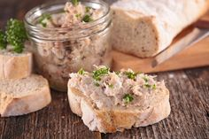 Easy, quick and delicious, the tuna rillettes are perfect for a successful aperitif! Tastyly flavored, they are spread on crisp slices of bread. It is also possible to replace the crème fraîche with fresh cheese. Cooking Bacon, Cooking Time, Cooking Recipes, How To Cook Zucchini, How To Cook Rice, Cooking Measurement Conversions, Pro Cook, Smoked Trout, Cast Iron Cooking
