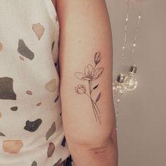 """Vanessa M. - tattoo artist on Instagram: """"Flores distribuem beleza e alegria por onde nascem e crescem. . . Orçamentos via WhatsApp 27 99889-0338 (link na bio) . #tracosfinos…"""" Tattoos, Link, How To Wear, Instagram, Style, Joy, Beauty, Flowers, Swag"""
