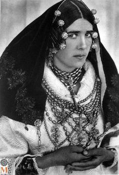 "Charra. Salamanca. In: ""Taller Joyería Tradicional"". Europe Fashion, Fashion History, Spanish Gypsy, Spanish Costume, Queen Fashion, Folk Costume, Fashion Line, Traditional Dresses, Vintage Photos"