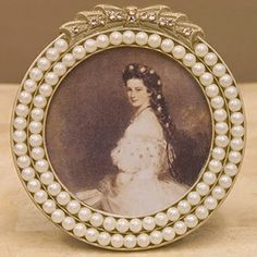 パールビーズで装飾されたの円形フレーム 丸いフレームをパールビーズが二重に取り囲み トップにリボンを配したバロック調のデザインです。 Flower Centerpieces, Centrepieces, Wedding Details, Gemstone Rings, Wedding Decorations, Pearls, Antiques, Frames, Reception