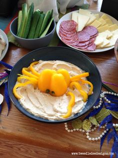Hummus & Bell Pepper Octopus // *tested&approved* we did this with a red pepper so cute! Cute Food, Good Food, Crab Party, Eat To Live, Snacks, Creative Food, Food Presentation, Food Hacks, Kids Meals