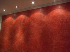 Lebendige rote Wand mit Beleuchtung. Putztechnik professionell durchgeführt von der Karl Heinz Weber GmbH & Co.KG in Düsseldorf (40589) | Maler.org