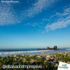 Playa El tunco, ademas de su vida nocturna, atrae a muchos turistas para la práctica del surf #turismo #pueblosvivos #elsalvadorimpressive
