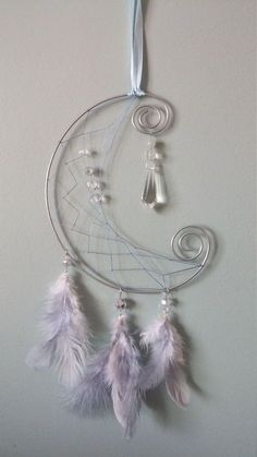 I like how it looks like the letter C & a half moon 🌙 at the same time because my daughters name starts with a see and she's a night owl 🦉 like me! Suncatchers, Dreamcatchers, Moon Dreamcatcher, Dream Catcher Craft, Dream Catcher Mobile, Creation Deco, Wire Crafts, Wire Art, String Art