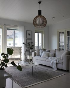 Woodnotes nojatuoli ja Secto Design valaisin viimeistelevät tämän olohuoneen raikkaan vaalean ilmeen. Living Room Interior, Living Room Decor, Living Spaces, Dining Room, Nordic Style, Elegant Homes, Living Room Inspiration, My Dream Home, New Homes