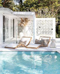 relaxing pool – rustic home exterior Small Beach Houses, Dream Beach Houses, La Croix Valmer, Design Exterior, Florida Beaches, Pool Houses, Beach House Decor, Backyard, California Beach