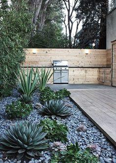 Mooi licht hout voor in de tuin + kiezels!