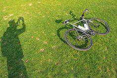LawnSilhouette お疲れ様です 今日はあいにくの空ですが 昨日は久々にスッキリ青空の下で自転車 芝生も新芽が伸び 綺麗な緑色が復活していました by 718_works