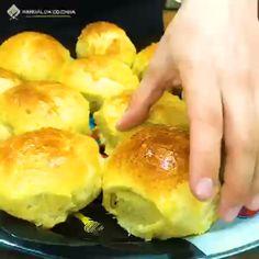 Esse delicioso pão de cebola é um sucesso de vendas, rende muito, e é muito fácil de fazer, o melhor de tudo é que fica delicioso! #pão #cebola #lanche #salgado #receita #gastronomia #culinaria #comida #aguanaboca #manualdacozinha #delicia #receitafacil