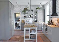 Klasyczna skandynawska kuchnia z ceramicznym zlewem i baterią Elverdam za 299 zł. Pasuje do niej bardziej stylowa armatura Glittran za 299 zł, IKEA
