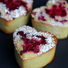Super moist and moreish French almond friands with vanilla and raspberry. Show your loved one you made an effort! (Then enjoy them to… French Desserts, Mini Desserts, Just Desserts, French Recipes, Plated Desserts, Tea Cakes, Mini Cakes, Cupcake Cakes, Cupcakes