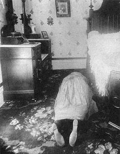 The 12 Most Convincing Real-Life Ghost Stories Anything - Lizzie Borden murders Post Mortem, Creepy Stories, Ghost Stories, Haunting Stories, Scary Places, Haunted Places, Haunted Houses, The Spectre, Ghost Pictures