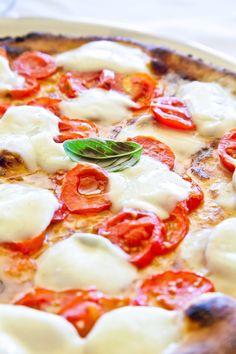 Als je een goede zelfgemaakte pizza kunt maken, zit je voor de rest van je leven gebakken. Dit zijn de beste tips & trucs om jouw pizza te laten slagen.