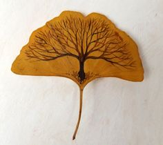 Kreativ Gingko tree-leaf Cheer Up Your Window This Winter With A Backyard To Grace It! Dry Leaf Art, Gold Leaf Art, Autumn Crafts, Nature Crafts, Leaf Crafts, Flower Crafts, Painted Leaves, Painting On Leaves, Leaf Drawing
