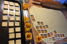 Fantastické mini šlehačkové cukroví | NejRecept.cz Mini, Cube, Tray, Recipes, Whipped Cream, Bakken, Trays, Board