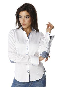516fb9d2e779d Chemise femme blanche unique aux finitions parfaites   madras bleu sur  l intérieur du col