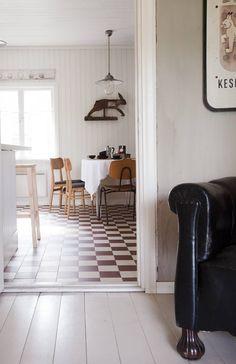 Eteisestä puhkaistiin käynti keittiöön. Eteisen seinä on käsitelty laastilla ja lattiat maalattu Uulan pellavaöljymaalilla.