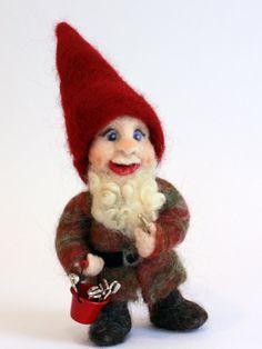 Needle Felted House Gnome Finley von TheFeltedGnomeKnows auf Etsy, $70.00