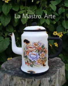 """LaMastro.arte's Instagram profile post: """"Efecto enlozado! Recicle esta tetera que tiene ya unos años! Pinte unas flores a mano y realice las marcas de la loza para q paresca…"""" Kettle, Tea Pots, Kitchen Appliances, Tableware, Crafts, Instagram, Branding, Diy Kitchen Appliances, Teapot"""