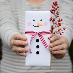 Last minute snowman Christmas gift wrap. Easy Diy Christmas Gifts, Christmas Gifts For Friends, Noel Christmas, Christmas Gift Wrapping, Christmas Presents, Holiday Crafts, Christmas Decorations, Diy Presents, Diy Gifts