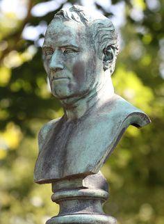 Père-Lachaise. Buste du sculpteur James Pradier