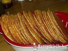 Sajtos tallérHozzávalók:60 dkg liszt 25 dkg reszelt sajt 25 dkg ráma margarin csapott teáskanál őrölt kömény (ha szereted egészben is bele lehet tenni) kis doboz tejföl (ha igényli tehetsz bele többet) 2 egész tojás só ízlé Hungarian Desserts, Hungarian Recipes, Cookie Recipes, Snack Recipes, Healthy Recipes, Snacks, Nacho Chips, Torte Cake, Food For Thought