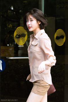 [161025] 열린음악회 출퇴근길 아이유 직찍 by 달빛마차 Iu Fashion, Womens Fashion, Korean Women, Little Sisters, Pretty Girls, Asian Girl, Cute Outfits, Flower Girl Dresses, Photos
