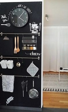 DIY Tafelwand in der Küche & SoLebIch.de The post Pizarra de bricolaje en la cocina Kitchen Blackboard, Blackboard Wall, Diy Chalkboard, Diy Kitchen Storage, Diy Kitchen Decor, Kitchen Interior, Diy Home Decor, Black Kitchens, Home Kitchens