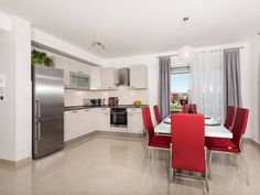 Apartment Bingo Trogir Set 500 metres from Kamerlengo Castle in Trogir, this air-conditioned apartment features free WiFi and a balcony. The property features views of the city and is 500 metres from St. Peter's Church. Free private parking is available on site.