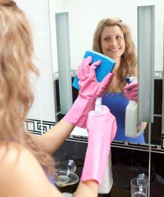 SUPERFICIES DE VIDRIO - Las puertas, mamparas y espejos, también se pueden limpiar con bicarbonato. Las manchas típicas del baño como salpicaduras de pasta de dientes, crema de afeitar, gel de cabello y otras, se eliminan fácilmente con un paño embebido en bicarbonato disuelto en agua.