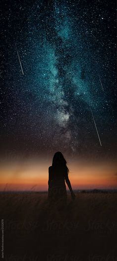 Astrophotos Dramatic and fantasy scene with young woman looking universe with falling stars Moon And Stars Wallpaper, Night Sky Wallpaper, Star Wallpaper, Galaxy Wallpaper, Star Photography, Dream Photography, Night Photography, Night Sky Stars, Night Skies