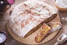 Il pane con le barbabietole è un gustoso pane realizzato con un impasto insaporito con le barbabietole grattugiate