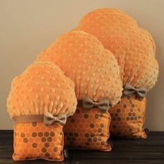 Muffinki Komplet – Honey & Cinnamon. Poduszki niezwykle miękkie, wspaniałe do przytulania. Cudownie zdobią wnętrza pokoju dziecięcego i nie tylko, nadając im wyjątkową nutę słodyczy i niepowtarzalny charakter. Wypełnione antyalergicznym puchem silikonowym.  Produkt uszyty ręcznie, z najwyższą starannością i precyzją. Dostępne w trzech rozmiarach: S, M, L  Wymiary: S = 20 cm x 25 cm (+/- 2 cm),M = 30 cm x 35 cm (+/- 2 cm),L = 40 cm x 45 cm (+/- 2 cm)