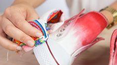 ¿Tienes unas zapatillas blancas que no te convencen? Dales un poco de color con tinte textil y unos cordones molones. Aprende a teñir unas zapatillas con e