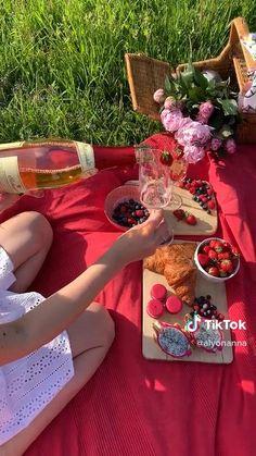Romantic Picnic Food, Picnic Date Food, Picnic Foods, Picnic Ideas, Picnic Recipes, Indoor Picnic Date, Romantic Dinners, Picnic Theme, Picnic Birthday