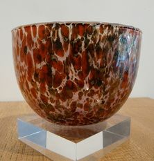 "OIVA TOIKKA TUNTURISSA KULHO RUSKA - 1987.The series that it hails from is called Tunturissa which refers to the landscape that we might call ""Arctic tundra"". The decor on this vase is called Ruska - an autumn colour variant.    The bowl or 'kulho' is 9 cm high and weighs just 265 grammes. It is blown and moulded glass. For us 'down under' this is the beginning of autumn.  So this is an attempt at an Antipodean Easter Autumn Greeting.    Happy Easter!"