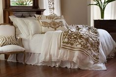 Lili Alessandra Shades of Gold II Dec Pillows Luxury Duvet Covers, Luxury Bedding, Unique Dining Tables, Bedding Inspiration, Dreams Beds, Velvet Bed, White Bedding, Guest Bedrooms, How To Make Bed