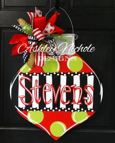 Most up-to-date Snap Shots ornament Door Hanger Style For the uninitiated, door hangers are those advertisements that people leave hanging on your front d Christmas Canvas, Christmas Door Decorations, Christmas Wood, Christmas Signs, Christmas Projects, Christmas Paintings, Holiday Crafts, Christmas Colors, Xmas