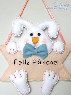 Enfeite de Porta - Coelhinho Dog Crafts, Baby Crafts, Felt Crafts, Crafts To Sell, Diy And Crafts, Felt Patterns, Craft Patterns, Easter Arts And Crafts, Felt Decorations
