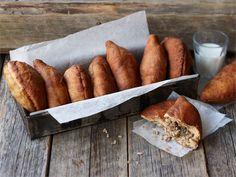 Lihapiirakka eli tuttavallisemmin lihis on suomalaisten pikaruokaklassikko. Tällä ohjeella valmistat perinteisen lihapiirakan. Täytettä on kuitenkin helppo maustaa ja varioida omaan makuun sopivaksi. Finland Food, Finnish Recipes, Savoury Baking, I Want To Eat, Fritters, No Bake Desserts, Pork Recipes, Street Food, Appetizers