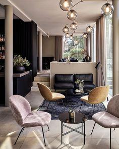 "3,047 kedvelés, 31 hozzászólás – GUBI (@gubiofficial) Instagram-hozzászólása: ""The lounge area at @mauritzhofhotel is dressed in muted coloured Beetle Lounge Chairs and TS Tables…"""