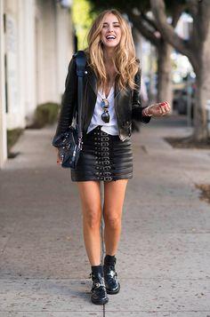 Chiara Ferragni usa look total couro com jaquea e saia de couro, t-shirt branca e botas de verniz